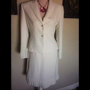 Tahari White w/pinstriped Skirt Set Size 8 Petite